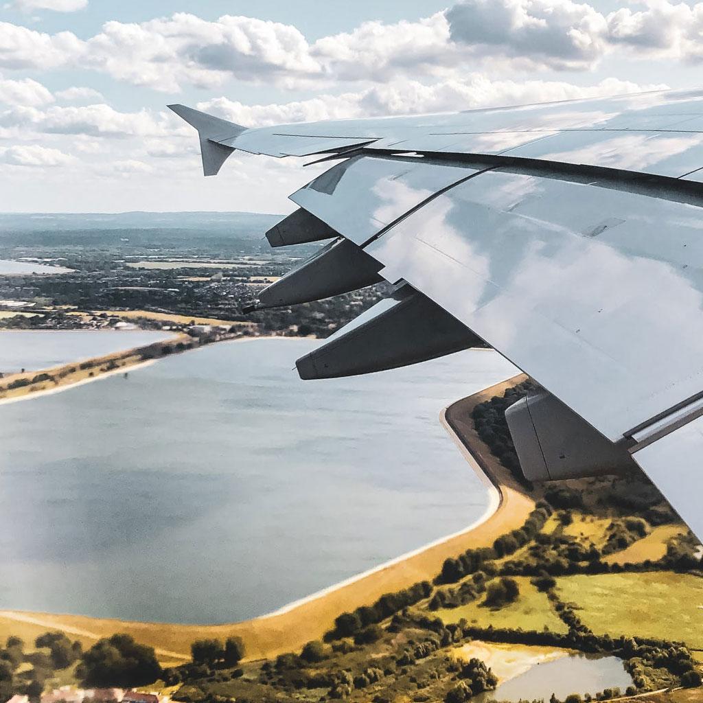 Avión aterrizando. Passportmarks contratamos transportes para tu comodidad